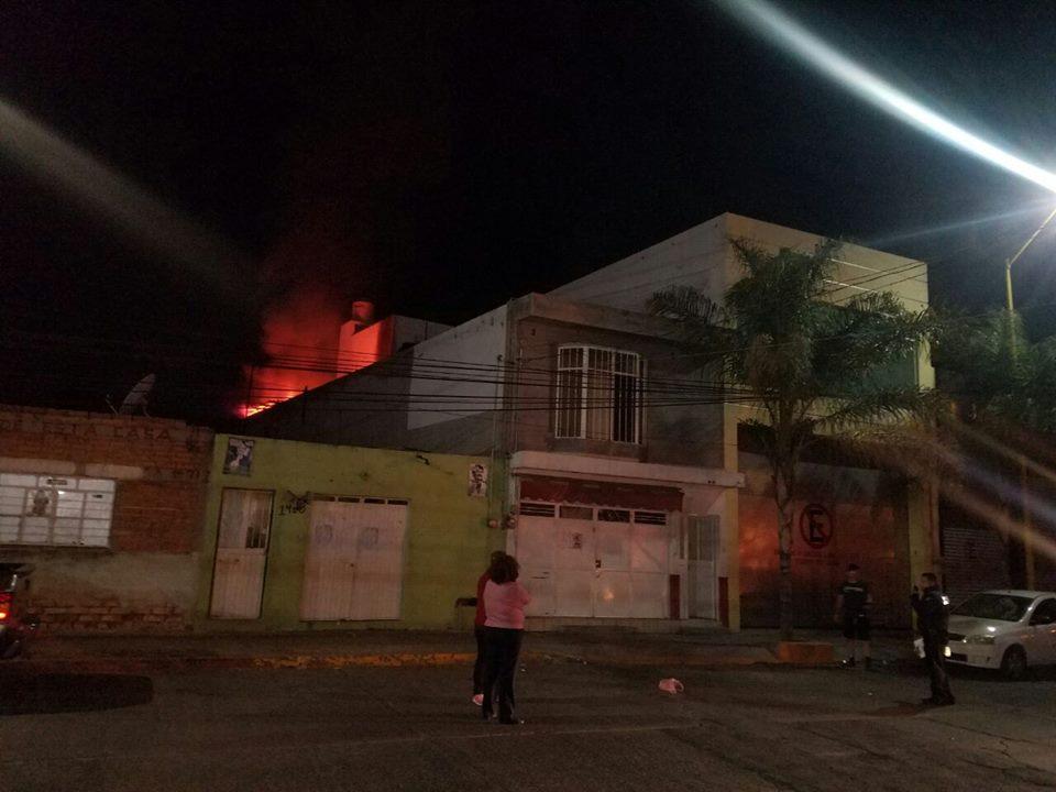 Incendio arrasa con negocio al poniente de la ciudad
