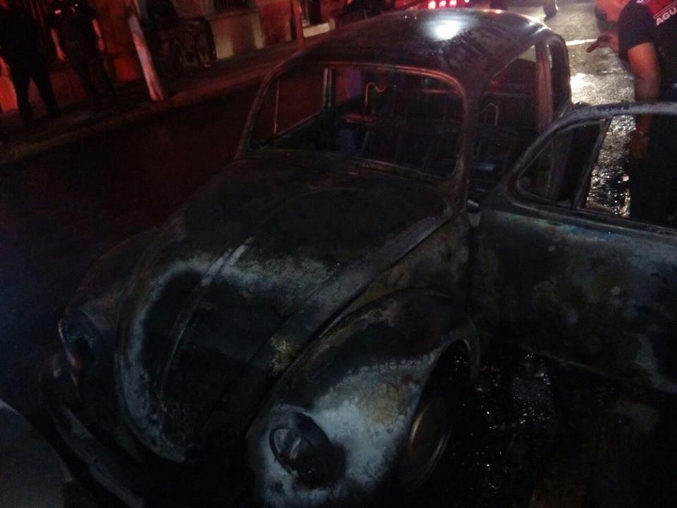 Arde vocho en la Zona Centro, de paso dañó a otro vehículo
