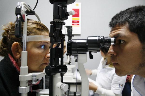Ofrece la UAA tratamiento para que adultos mayores mejoren su vista sin cirugía