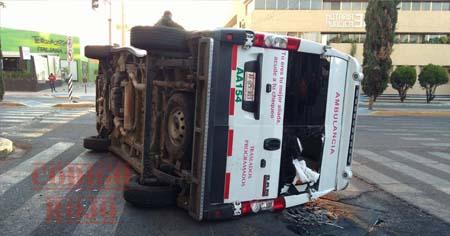 Ambulancia del Seguro Social se pasa la luz roja del semáforo y termina volcada