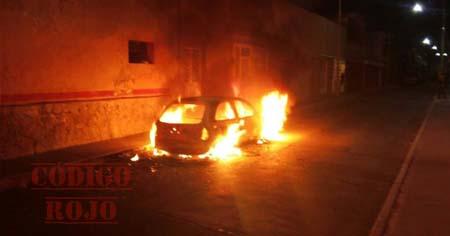 Su ex pareja amenazó con robarle y quemarle su carro, hoy lo hizo.