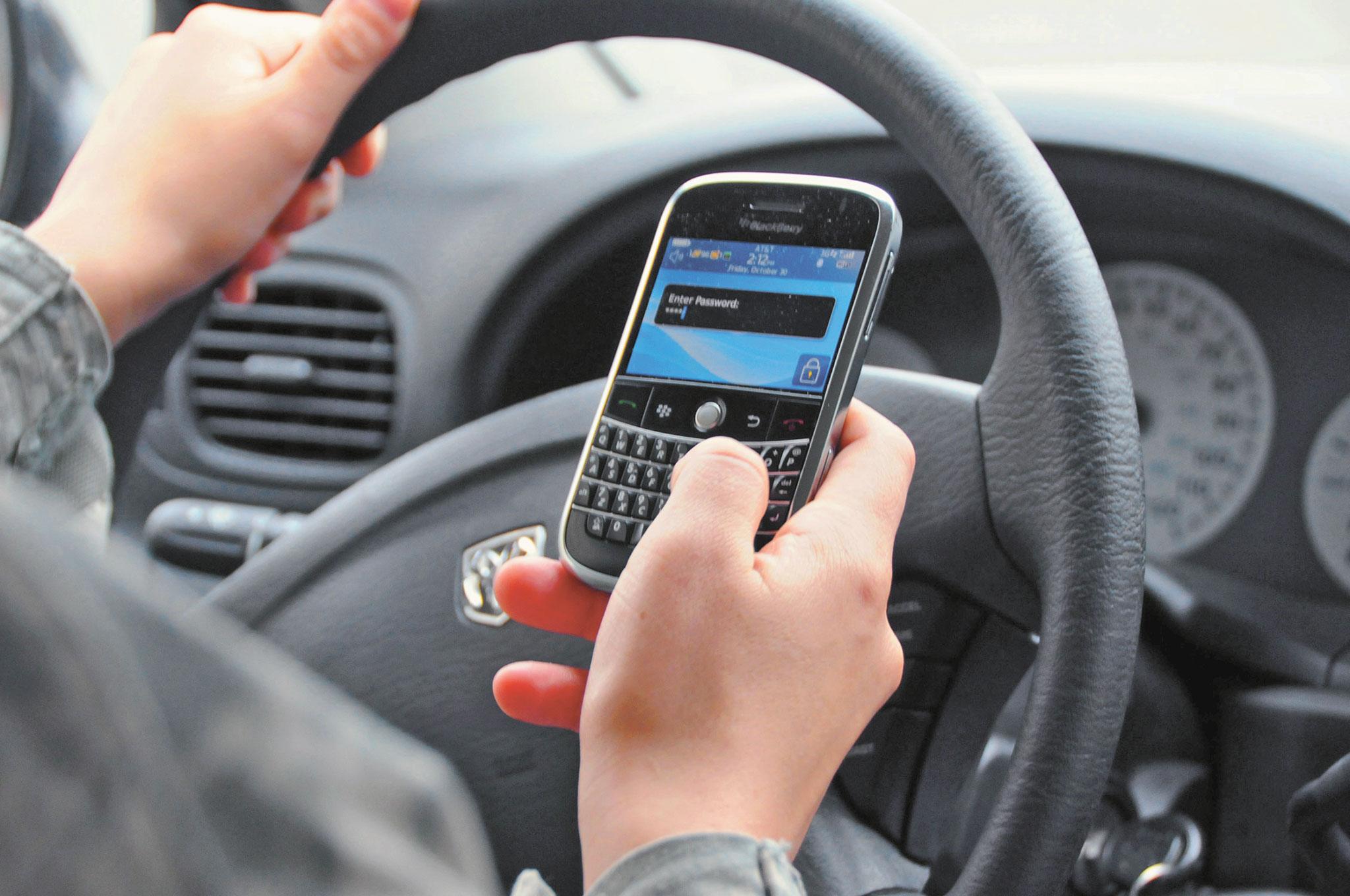 Conductores siguen usando el celular