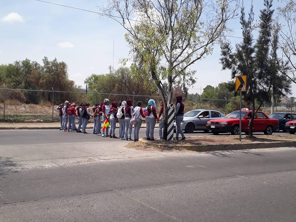 Nueva y temprana movilización de las normalistas de Cañada Honda, en el exterior del Instituto de Educación de Aguascalientes