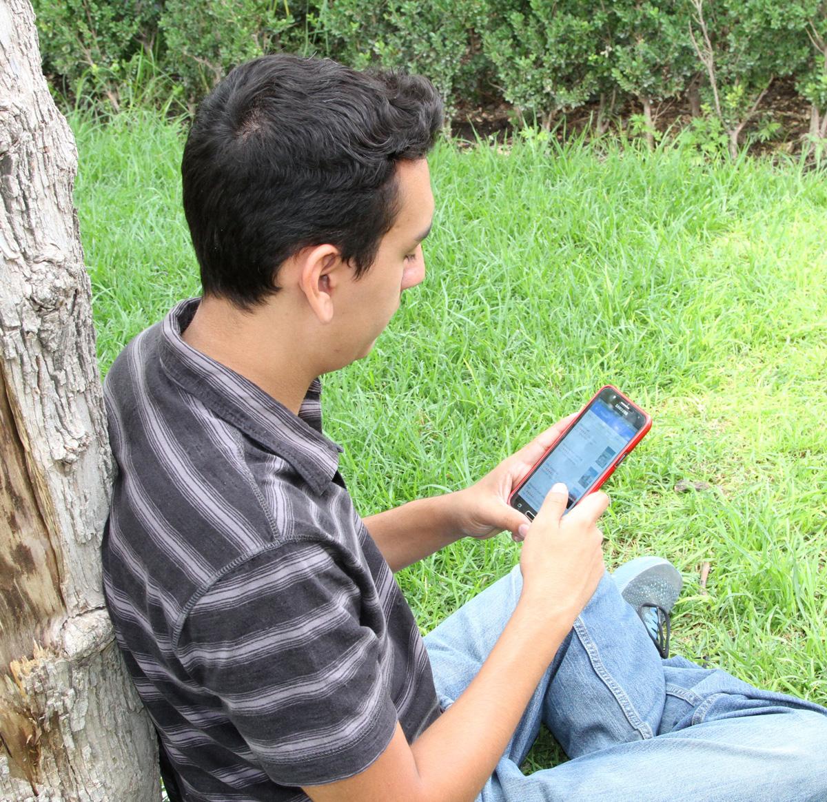 IEA no descarta prohibir celulares en algunas escuelas