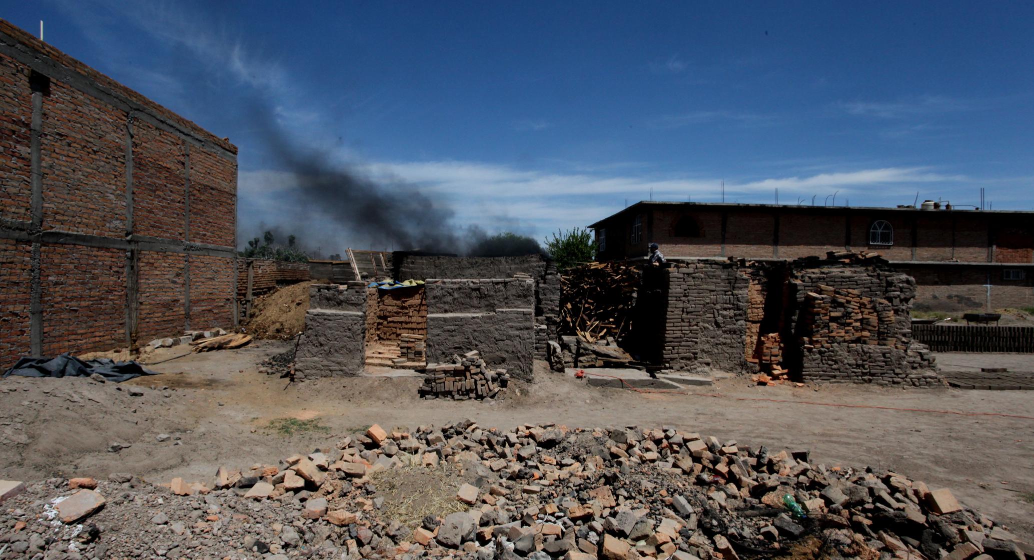 Clausuran ladrillera en Los Arellano por quemar plástico