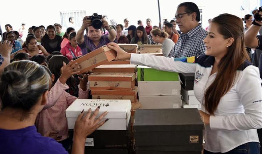Alcaldesa Tere Jiménez Entrega Paquetes Escolares en Zonas Vulnerables