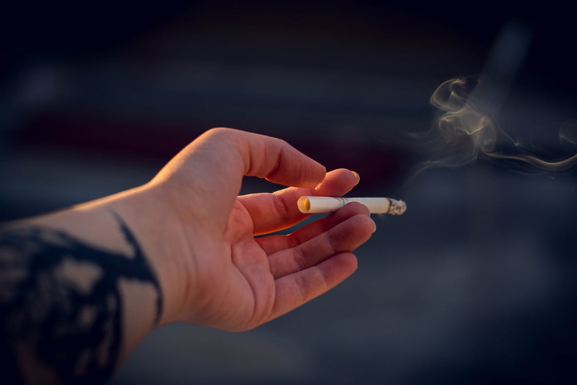 Fumadores no respetan la restricción marcada en lugares públicos