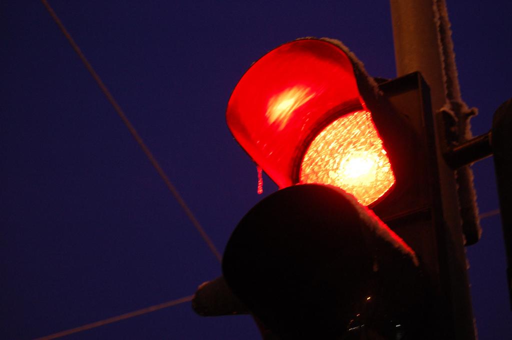Comenzará Tránsito a sancionar a quienes den vuelta continua a la derecha con luz roja
